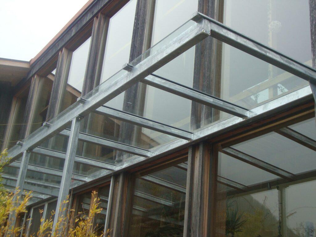 Vordach aus verzinkter Stahlkonstruktion und Klarglas