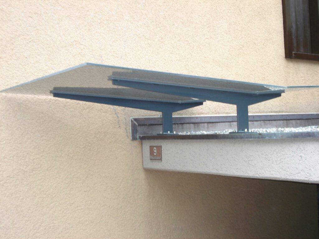 Vordach aus Stahl einbrennlackiert und getöntes Verbundsicherheitsglas