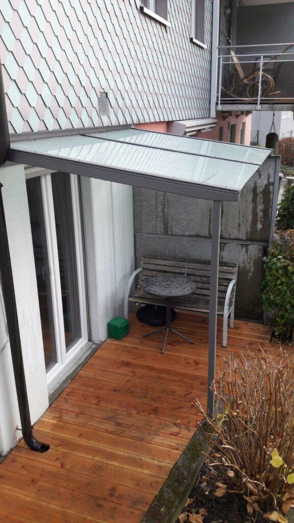 Stahlkonstruktion einbrennlackiert / Verbundsicherheitsglas mit Mattfolie