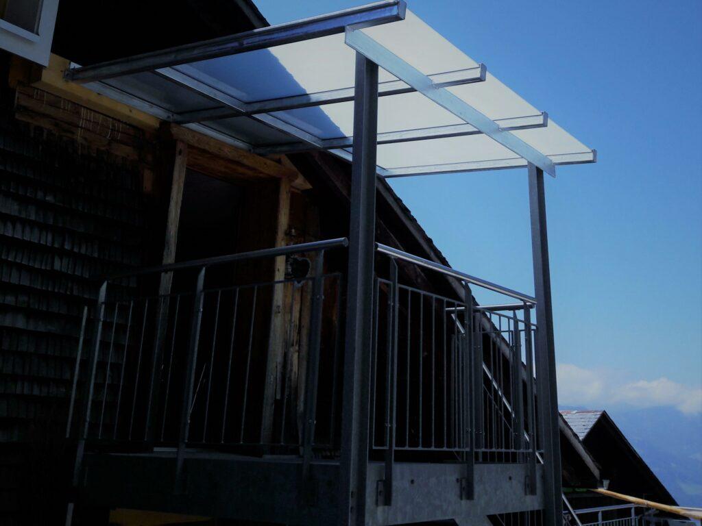 Stahlkonstruktion feuerverzinkt / Verbundsicherheitsglas mit Mattfolie