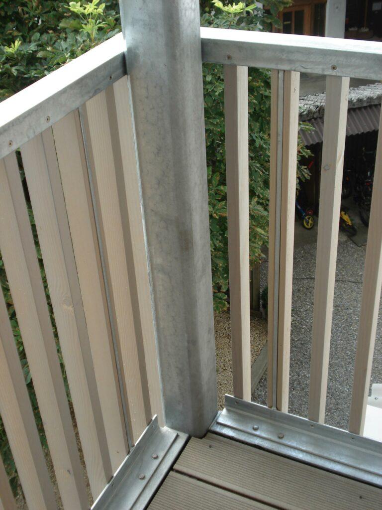 Stahlrahmen mit Holzfüllung als Geländer