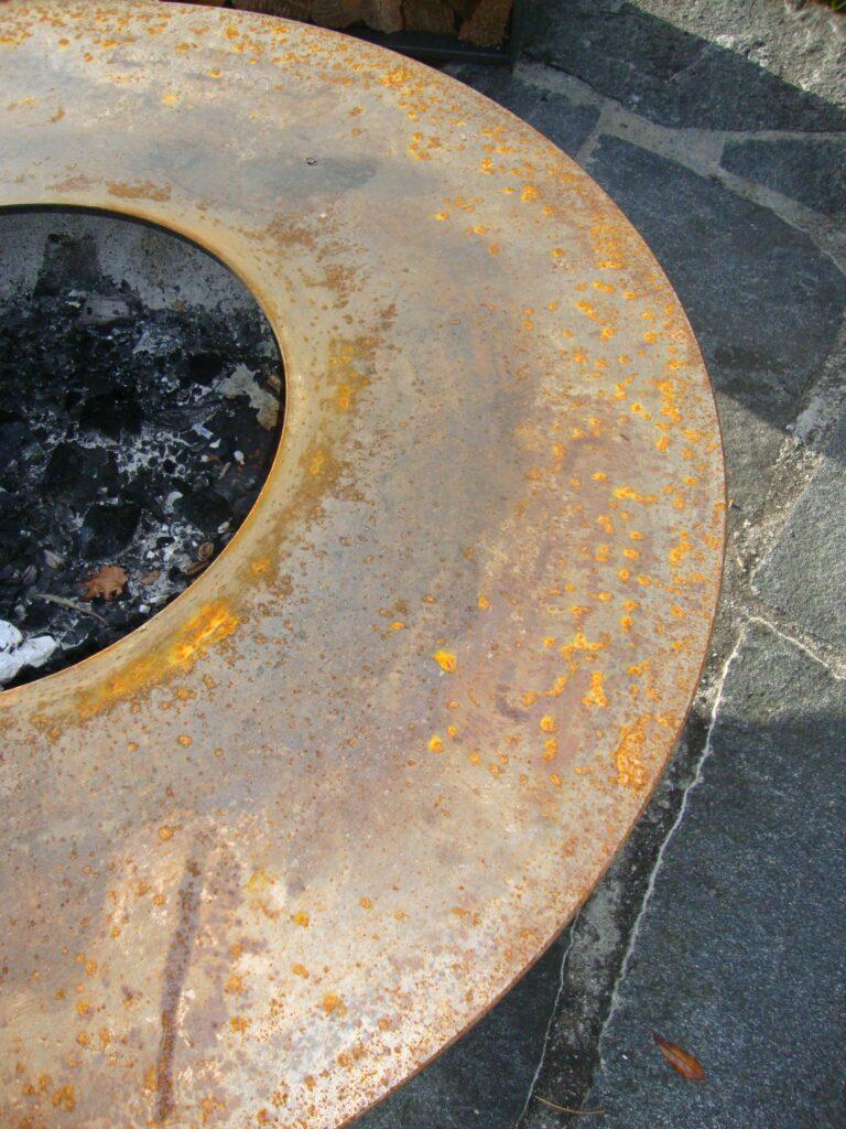 Feuerschale aus rohem Stahl