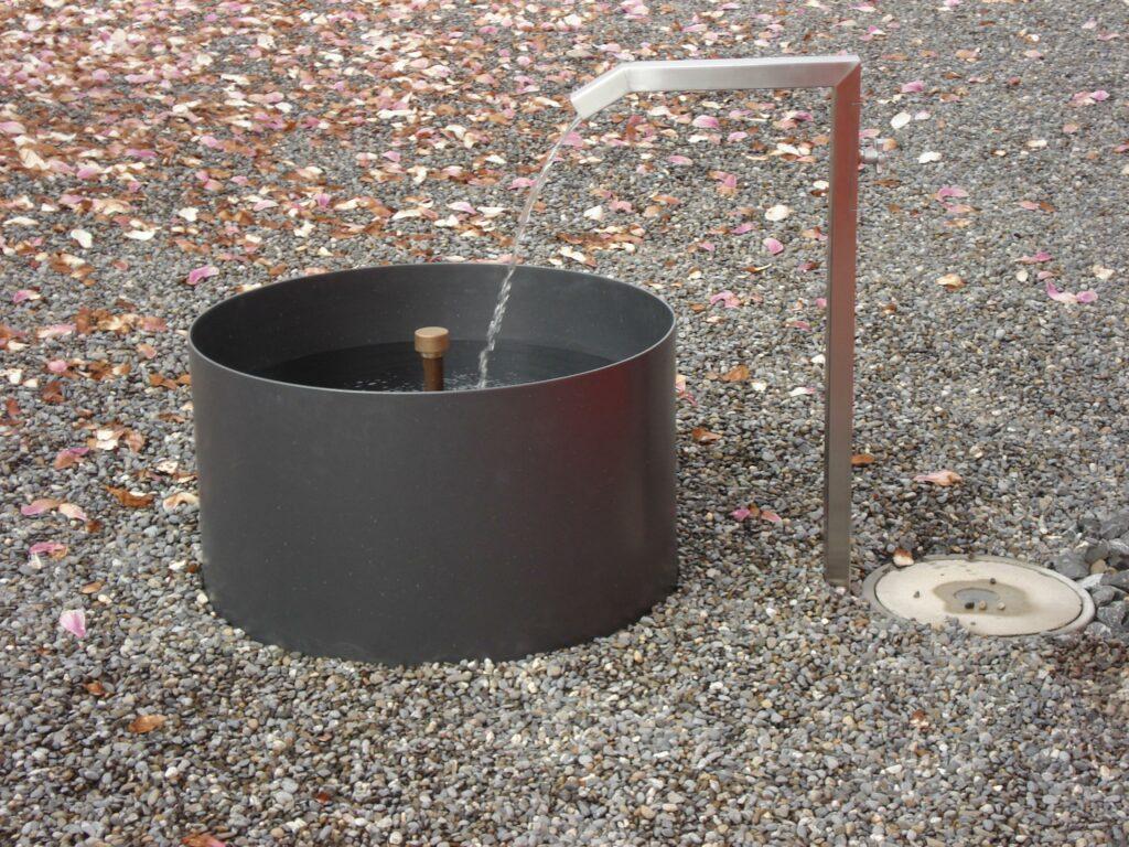 Brunnen aus einbrennlackiertem Blech