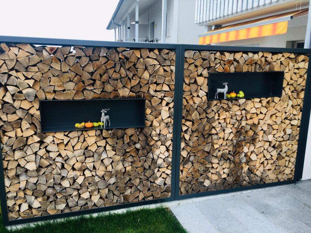 Holzlagerungsgestell aus einbrennlckierten Stahl mit individuell einsetzbaren Dekokasten