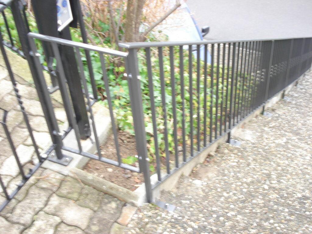 Staketten-Brüstungs-und Treppengeländer einbrennlackiert mit Zierstäben