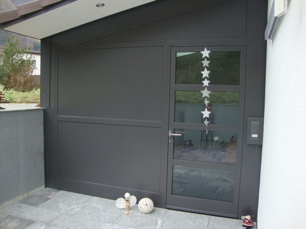 Hauseingangsfront aus Stahl einbrennlackiert und Haustüre aus Stahl und Glas