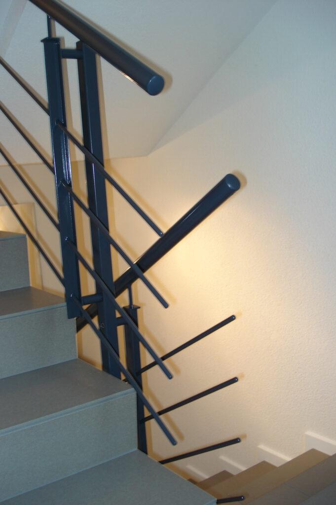 Treppengeländer einbrennlackiert mit Rundtraversen