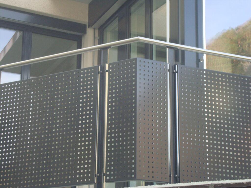 Stahlgeländer mit Lochblech und Chromstahlhandlauf