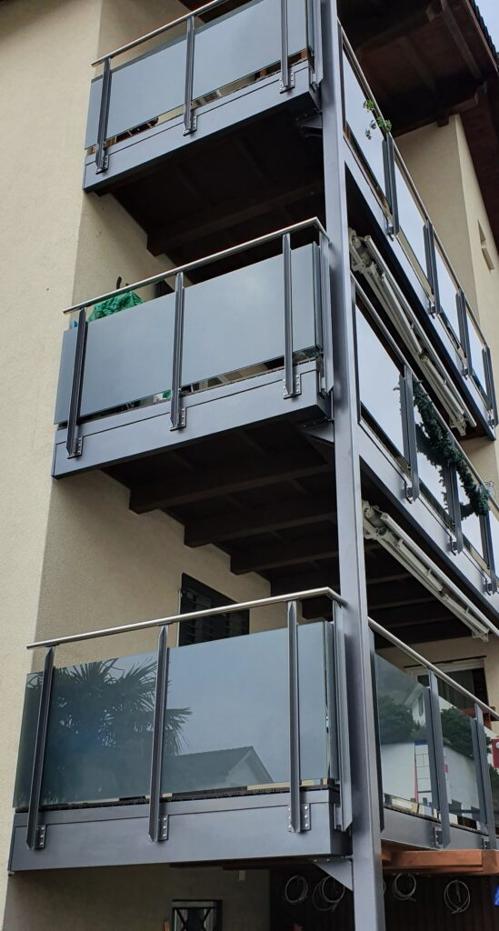 Balkonvorbau aus Stahlstützen einbrennlackiert und Glasgeländer